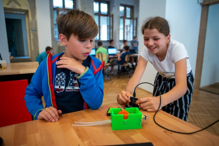 Children cooperate to build functioning smart objects to learn about the world and experience basic scientific principles.