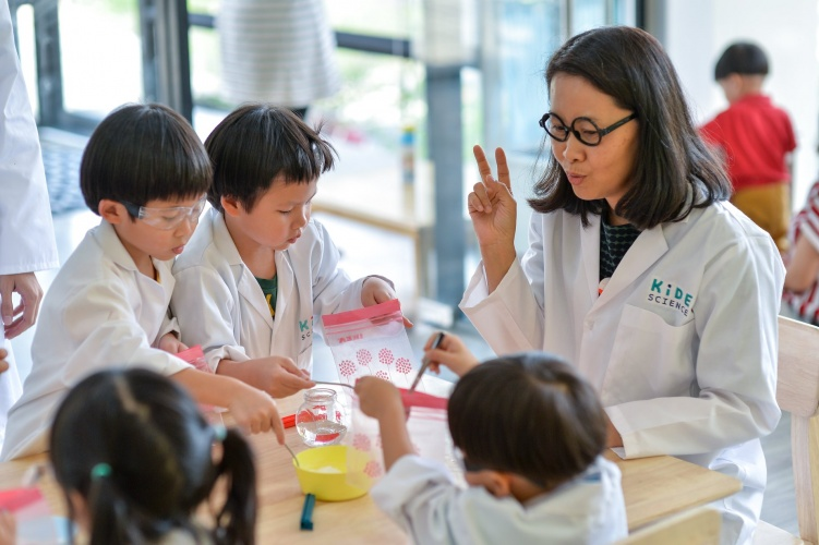 Children are in a highly active role as they get to work as scientists and do the science experiments together with professional instructors.