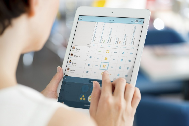 The teacher can follow the student's progress and view their portfolios through a dashboard. It is possible to set curriculum goals and organize grading through the dashboard