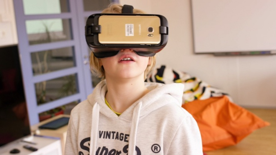 It is possible to use VR equipment to get a more immersive learning experience.